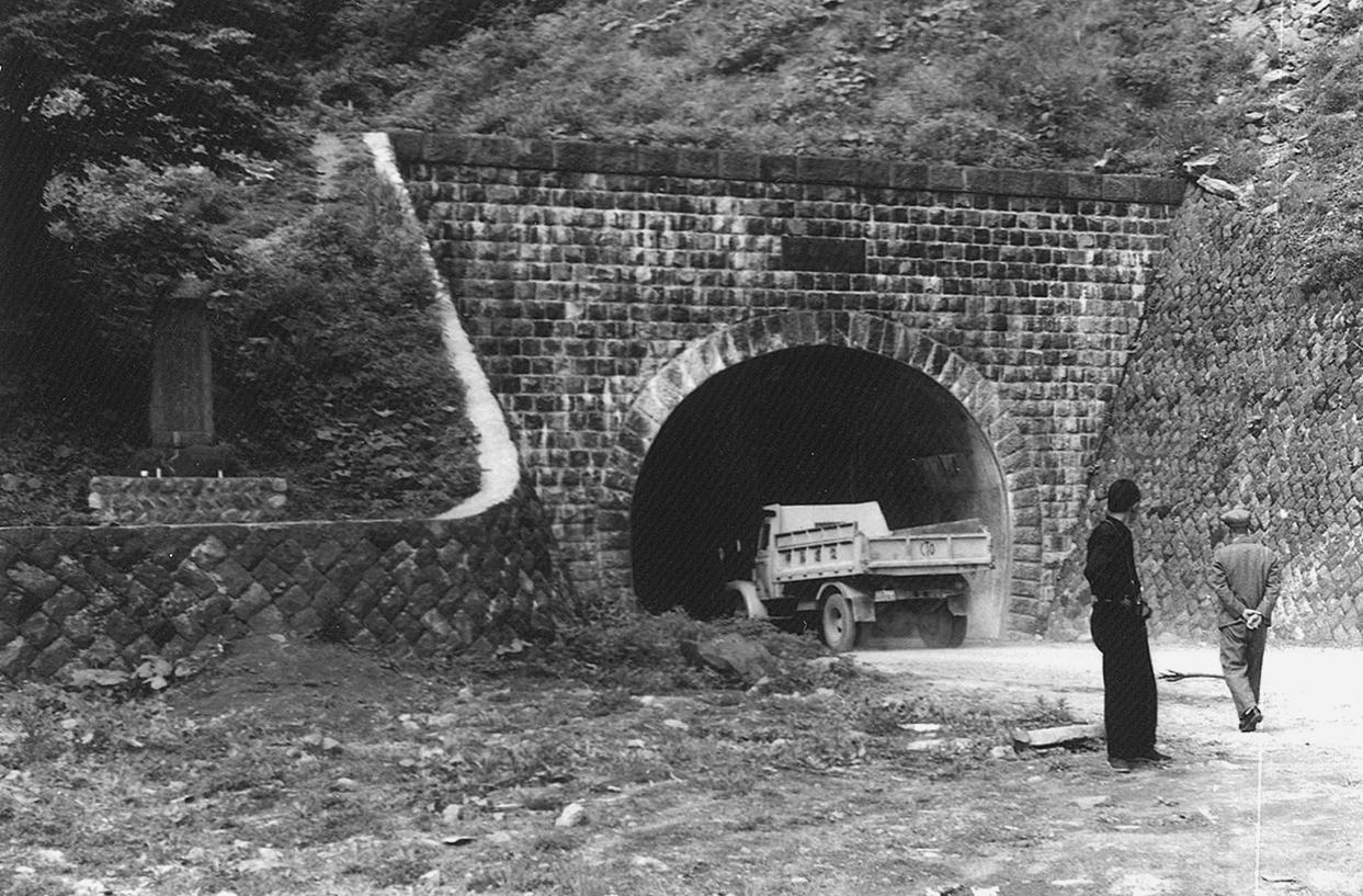 道路とトンネル(雄勝峠トンネル...