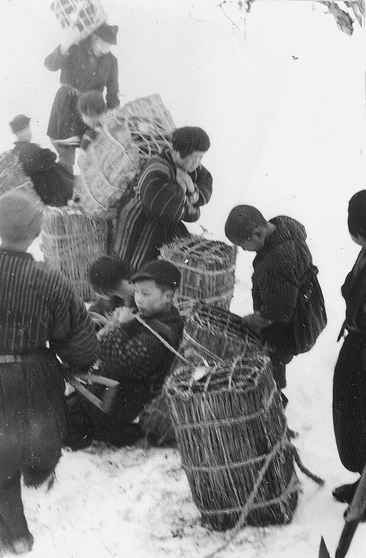 木炭搬出に勢を出す学童