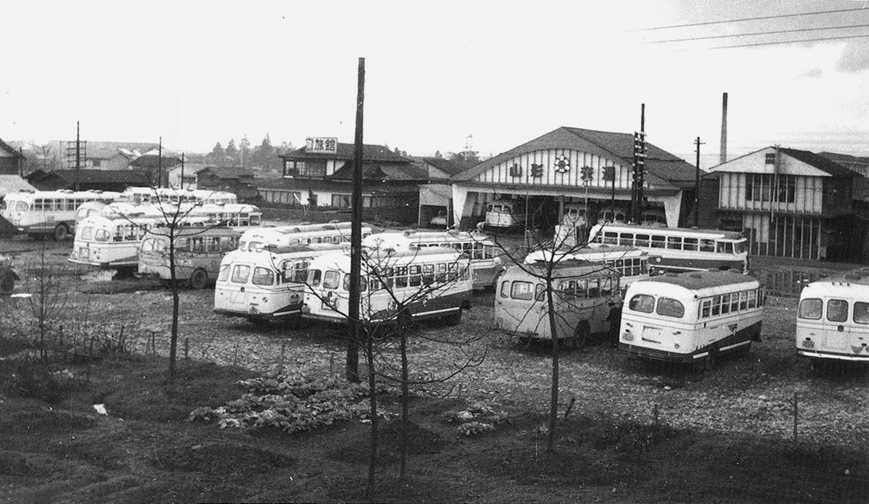 山形交通前のバス