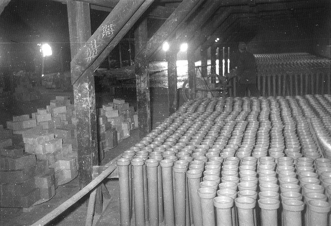 窯業工場内に並んだ土管(昭和25年)