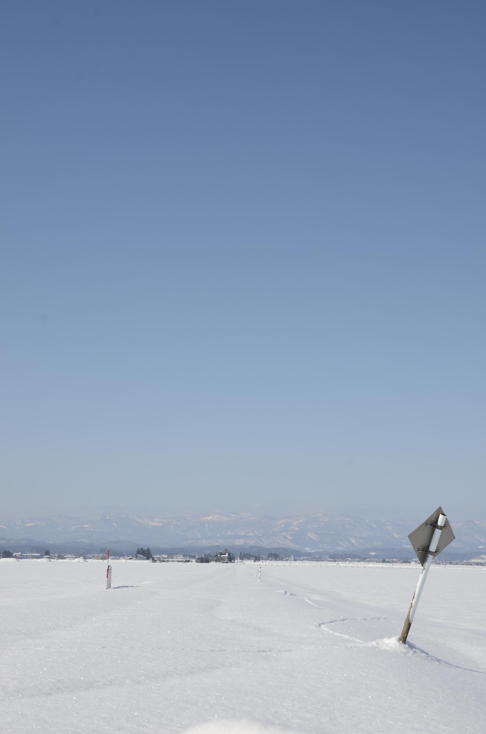 雪に埋もれた農道