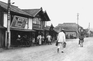 駅前通り(丸久デパート付近)
