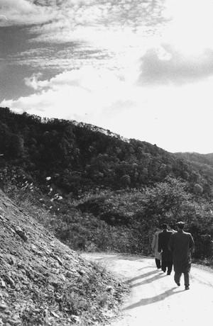 山の道路と男性3人