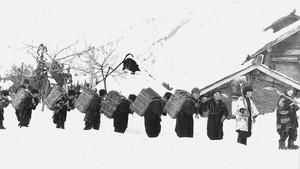 木炭搬出に狩り出される学童(昭和18年)