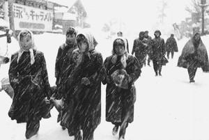 雪の中の通勤風景