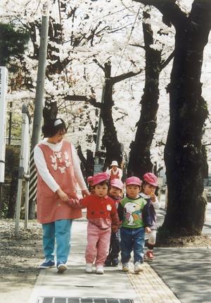 桜並木の下の子どもたち(平成10年、泉田)