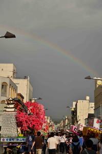 飾り山車と虹